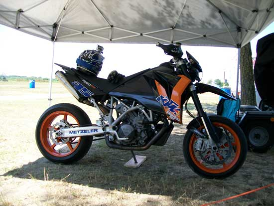 fotos ktm 950 sm ktm 950 sm 2008 akrapovic exhaust youtube ktm 950 supermoto 950 sm gewinde. Black Bedroom Furniture Sets. Home Design Ideas